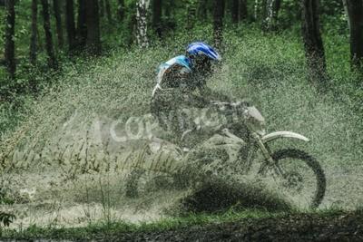 Bild Motocross Bike Crossing Creek, Wasserspritzen im Wettbewerb