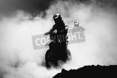 Bild Motocross Racer beschleunigt in Staubbahn, Schwarz-Weiß, kontrastreiches Foto