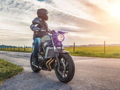 Bild Motorrad auf der Straße fahren. Spaß beim Reiten auf der leeren Straße auf einer Motorradtour / Reise