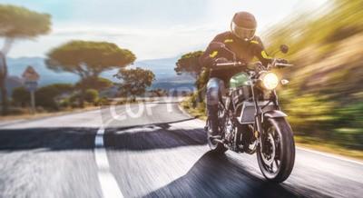 Bild Motorrad auf der Straße reiten. Spaß haben, die leere Straße auf einer Motorradtourreise zu fahren. copyspace für Ihren individuellen Text.