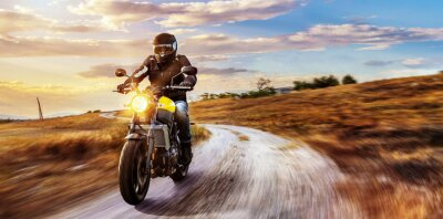 Bild Motorrad auf freier Landstraße in den Sonnenuntergang