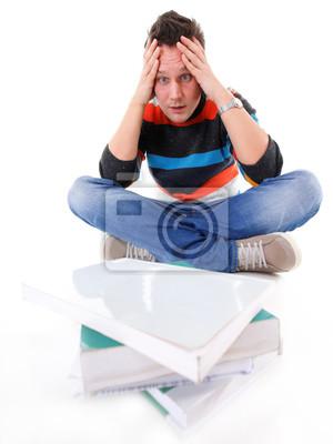 müde Student mit Stapel Bücher isoliert