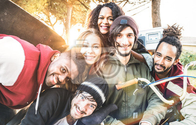 Bild Multiracial best friends taking selfie at bmx skate park contest - Happy youth and friendship concept with young millenial people having fun together in urban city area - Bright warm sunshine filter