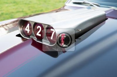 Muscle car motorhaube close-up. komponenten eines ...