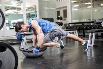 Muskuläre Mann Ausübung mit bosu Ball