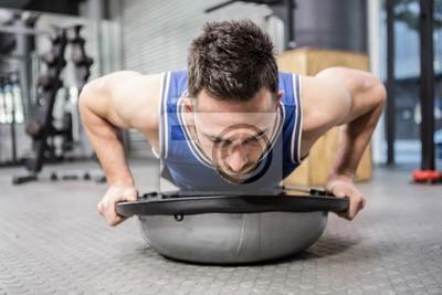 Muskuläre Mann tun, drücken Sie auf bosu Ball