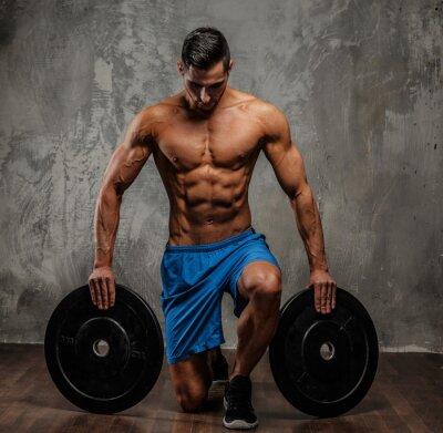 Bild Muskulöse Mann in blauen Shorts