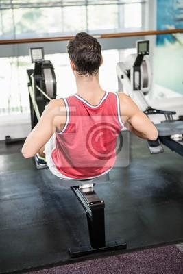 Muskulösen Mann auf Rudergerät