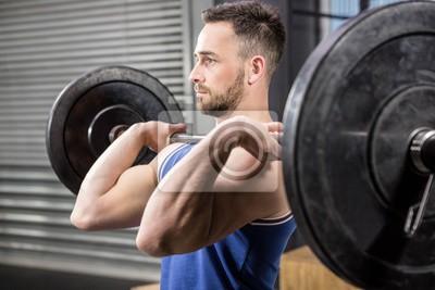 Muskulösen Mann ligt barbell