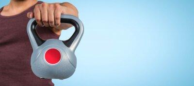 Muskulösen Mann mit einer Kettlebell