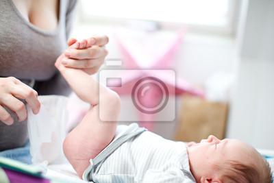Mutter Ändern einer Babywindel