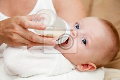 Bild Mutter Fütterung neugeborenen Sohn mit Milchflasche