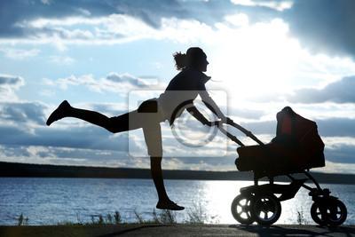 Mutter mit einem Kinderwagen