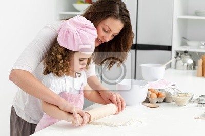 Mutter und Tochter mit einem Nudelholz zusammen