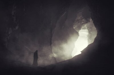 Bild mysterious silhouette in dark cave, fantasy landscape