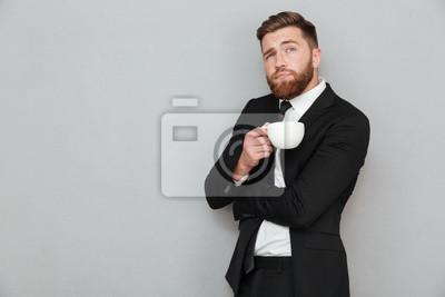 Bild Nachdenklicher bärtiger Mann in der Tasse Kaffee