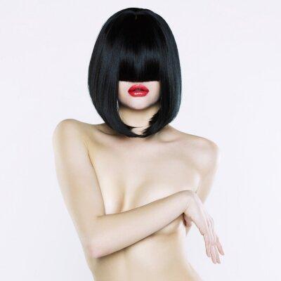 Bild Nackte Frau mit Kurzhaarschnitt
