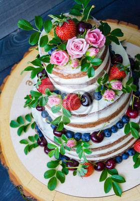 Nackte Hochzeitstorte Mit Beeren Und Blumen Verziert Leinwandbilder