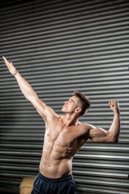 Nackter Mann beugt Muskeln