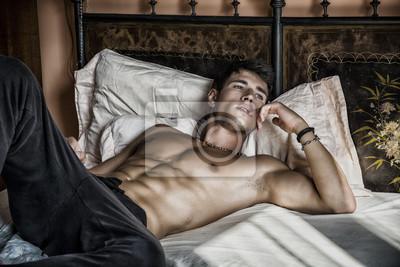 Bild Nackter Oberkörper sexy männlichen Modell allein auf seinem Bett