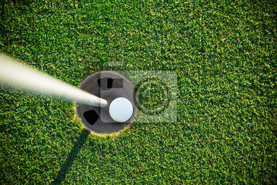 Nahaufnahme des Golfballs.