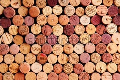 Bild Nahaufnahme einer Wand der benutzten Weinkorken. Eine zufällige Auswahl gebrauchter Weinkorken, teilweise mit Jahrgang. Querformat, das den Rahmen ausfüllt.