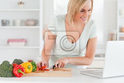 Nahaufnahme von einer Frau auf der Suche nach einem Rezept auf dem Laptop