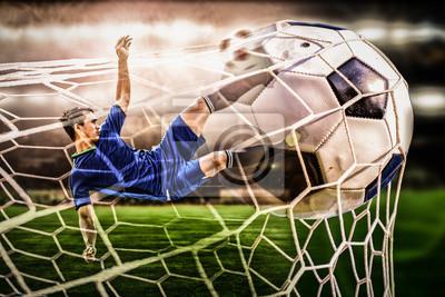 Nahaufnahme von Fußball-Stürmer Schießen Ball im Stadion