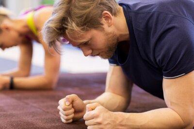 Nahaufnahme von Mann beim Training Planke im Fitnessstudio