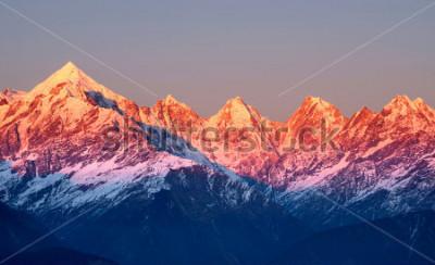 Bild Nahaufnahme von rötlichen Bergspitzen während der Sonne gesetzt