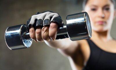 Bild Nahaufnahme von sportlichen Frau mit Stahl Hantel