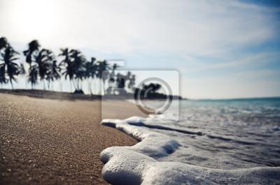 Nahaufnahme Welle auf einem tropischen Strand dof