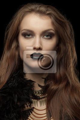 Nahaufnahmeportrait einer gothic femme fatale mit schwarzen Lippen