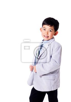 Nette asiatische Junge im Anzug. Isoliert in weiß mit Kopie Raum