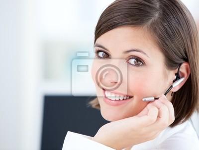 Nette Geschäftsfrau im Gespräch mit dem Kunden vor ihrem Computer