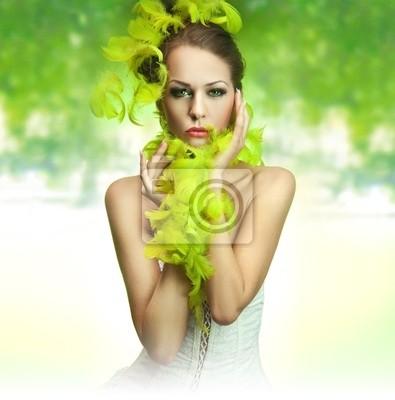 Nette junge Dame auf grünem Hintergrund