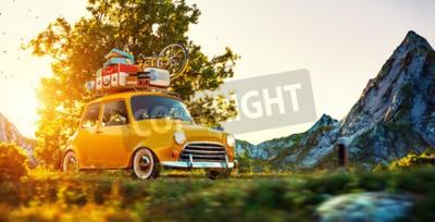 Bild Nettes kleines Retro-Auto mit Koffern und Fahrrad auf der Oberseite geht durch wundervolle Landstraße bei Sonnenuntergang