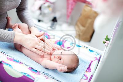 Neue geboren Baby im Bett liegend gestreichelt von Mutter