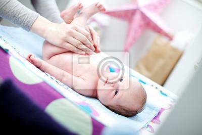 Neugeborenes Baby mit einer Windel Änderung
