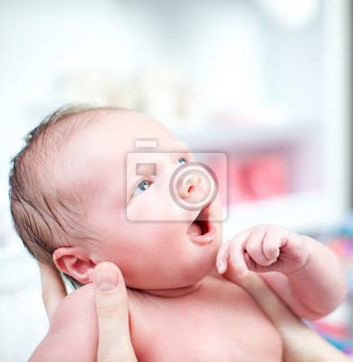 Neugeborenes mit Blick des Staunens