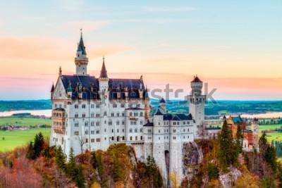 Bild Neuschwanstein, reizender Autumn Landscape Panorama Picture des Märchenschlosses nahe München in Bayern, Deutschland mit bunten Stunden der Bäume morgens