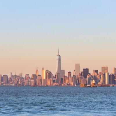 Bild New York City Manhattan im Stadtzentrum Skyline bei Sonnenuntergang mit Wolkenkratzern beleuchtet über Hudson River Panorama. Quadratische Komposition, Kopie Raum.