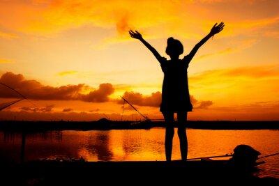 Bild Niedliche Mädchen spielen am Fluss Sonnenuntergang Hintergrund