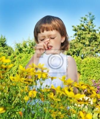 Bild Niesen little girl - Pollen Allergie Fieber