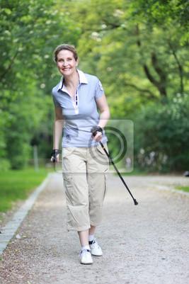 Nordic Walking im blauen Hemd