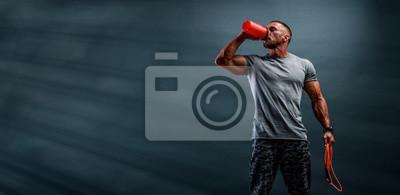 Bild Nutritional Supplement. Muscular Men Drinks Protein, Energy Drink After Workout