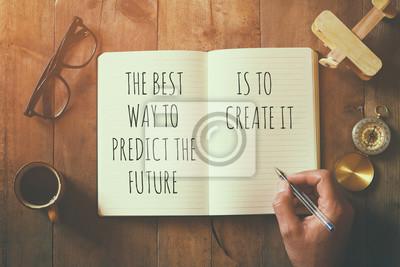 Bild Offenes Notebook über Holztisch mit motivierendem Sprichwort