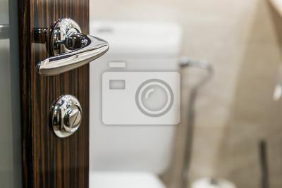 Öffne die tür zum badezimmer konzentriere dich auf den türgriff ...