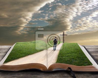 Öffnen Sie Bibel mit Menschen und Kreuz