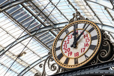 Bild Old-fashioned style clock at Kings Cross train station in London